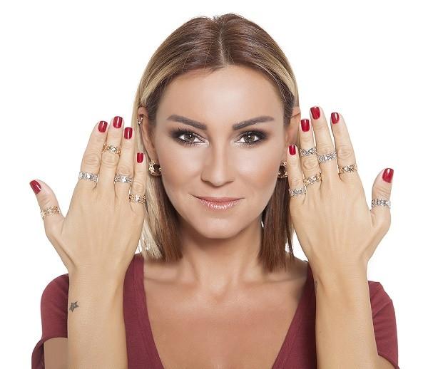 Pınar Altuğ mücevher koleksiyonunu tanıttı