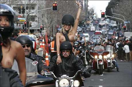 Üstsüz motorcular töreni