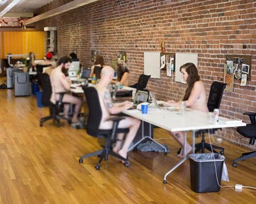 Çalışanlar ofiste bir ay çıplak çalıştı
