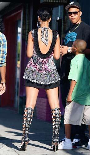 Rihanna dikkat çekmeyi biliyor !