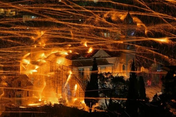 İki kilise havai fişekle savaştı