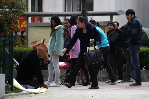 At maskesi takıp sırtında insan taşıyor