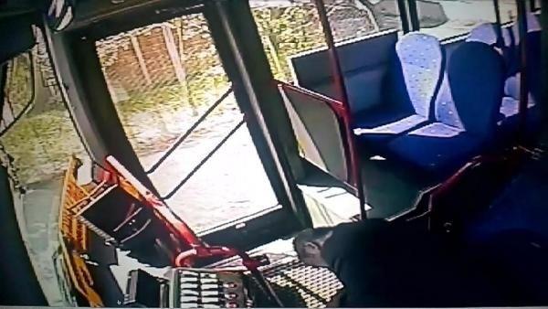 Halk otobüsünün 2 kadını ezdiği kaza kamerada