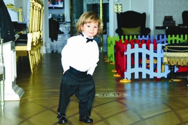 Ali Ağaoğlu'nun küçük oğlu smokin giydi