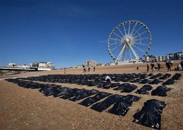 Ceset torbalarına girerek protesto ettiler