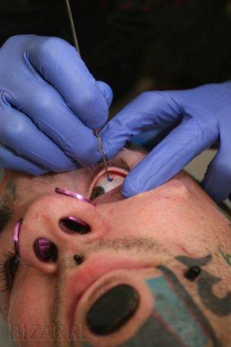 Gözüne dövme yaptırdı