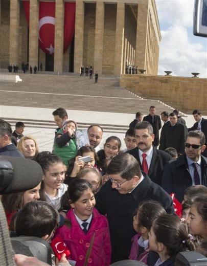 Başbakan Davutoğlu Anıtkabir'de çocuklarla sohbet etti