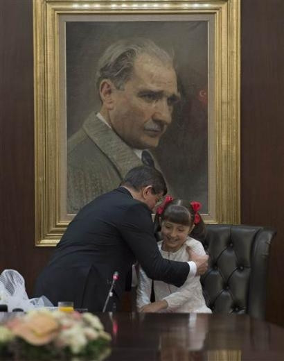 Başbakan Davutoğlu, koltuğunu Pelinsu'ya devretti
