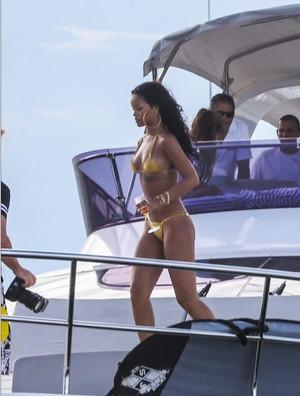 Rihanna yine üstsüz poz verdi