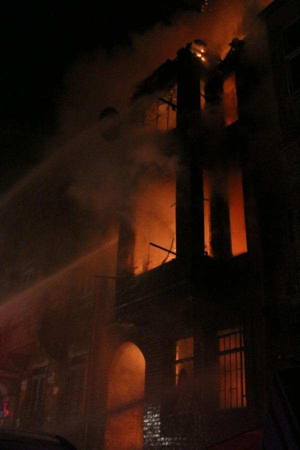 Fatih'te alev alev yanan binada can pazarı