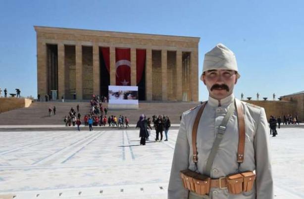 Anıtkabir'de asker Çanakkale üniforması giydi