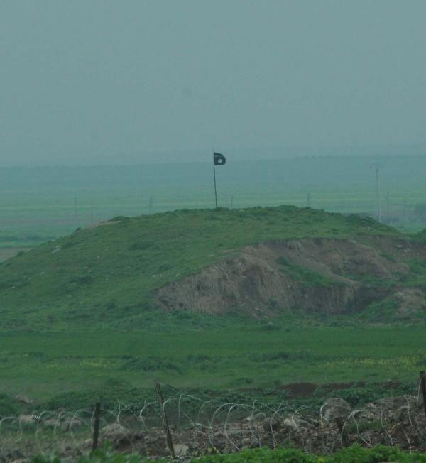 Sınırda 3 ayrı bayrak dalgalanıyor