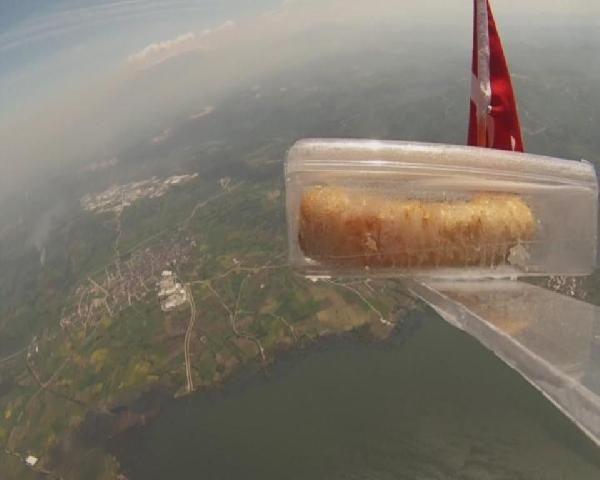 Balonla atmosfere börek gönderdi