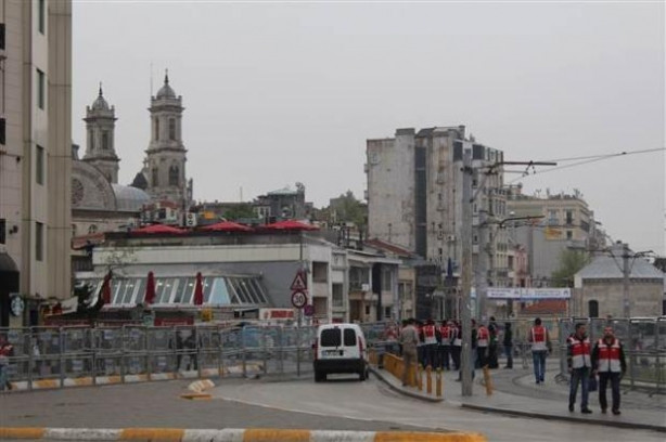 İstanbul polisine kırmızı yelek