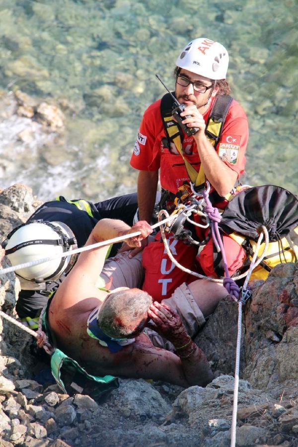 Uçurum kıyısında asılı kaldı, kalp masajıyla hayata döndürüldü