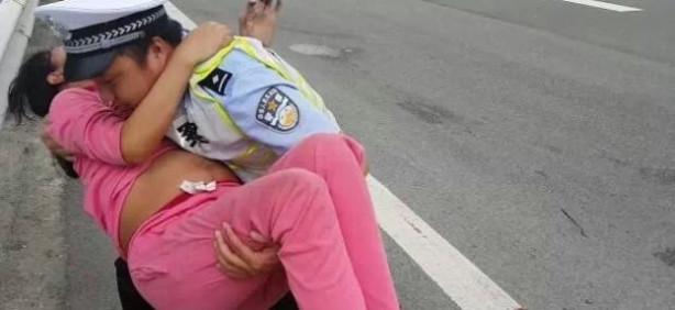 Polis yol kenarındaki hamile kadına yardım etti