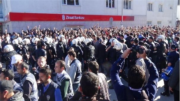 Erzincan'da tehlikeli gerginlik ! Polise böyle vurdu