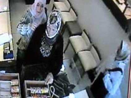 Türbanlı hırsızlar kameraya yakalandı