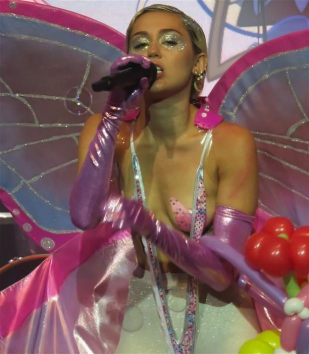 Miley Cyrus yine frikik verdi