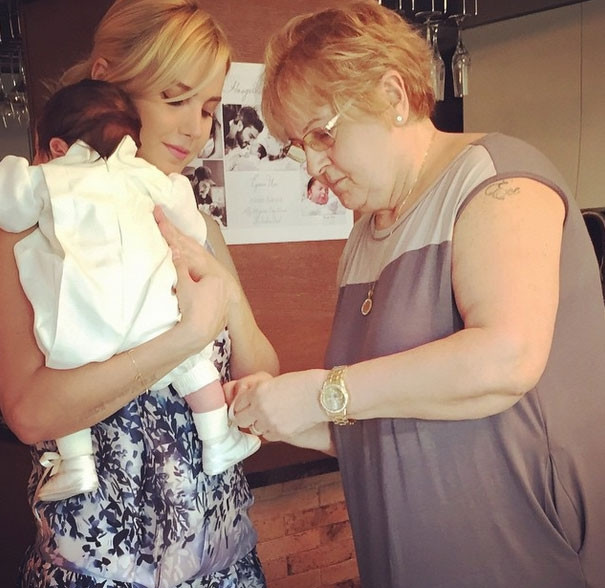 Bebeğinin yüzünü gösterdi