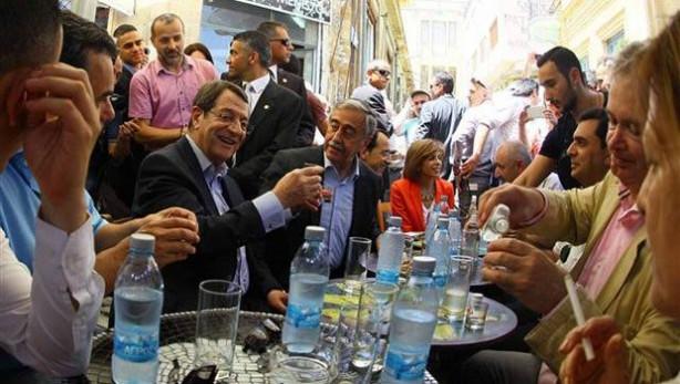Akıncı ve Anastasiadis, Lefkoşa'nın Türk ve Rum çarşılarını gezdi