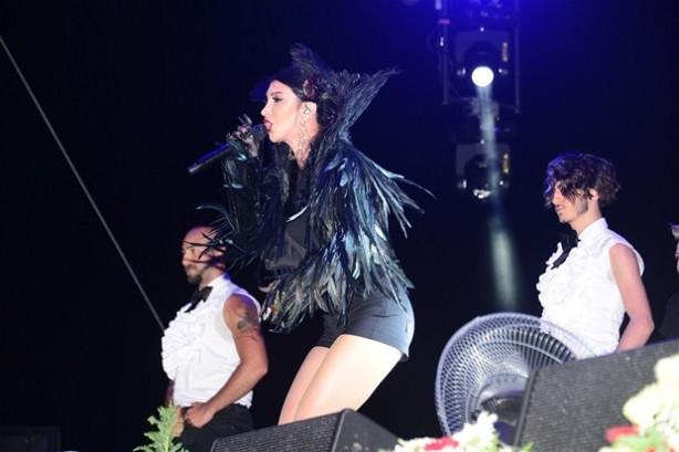 Hande Yener sahneye vinçle çıktı