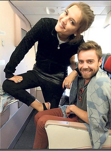 Demet Akalın uçakta Murat Dalkılıç'ın pantolonunu giydi!