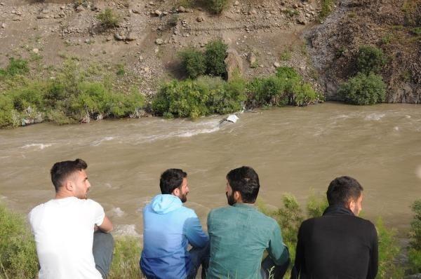 Kamyonet Zap Suyu'na uçtu: 2 kişi kayıp