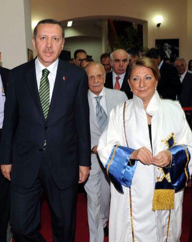 Erdoğan hocasının elini öptü