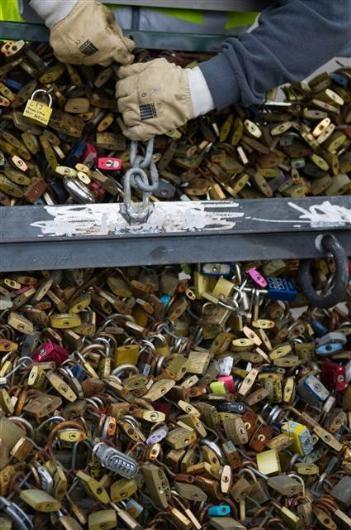 Paris'teki aşk kilitleri böyle söküldü