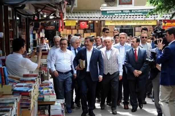 Başbakan Davutoğlu Sahaflar Çarşısı'nı gezdi
