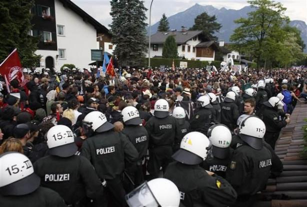 G7 karşıtı protestoya polis müdahalesi