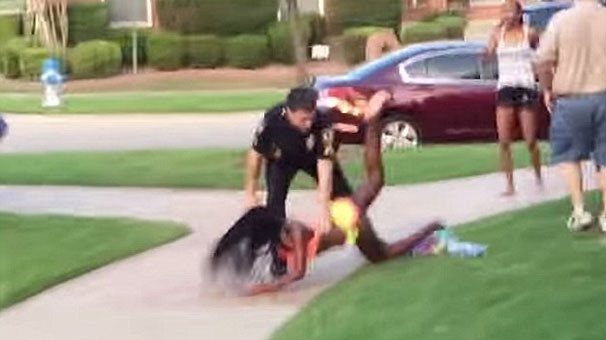 Polisten genç kıza korkunç muamele