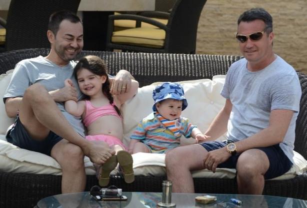 Serdar Ortaç eşi Chloe Loughnan'ın ailesiyle tatilde