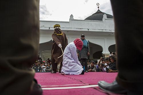 Endonezya'da üç çifte kırbaç cezası