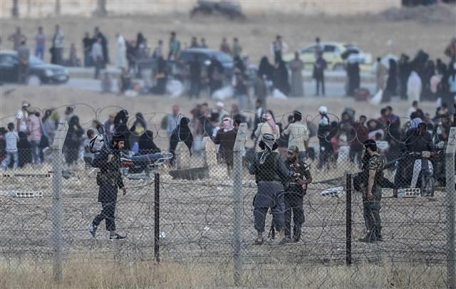 IŞİD sınırda bekleyen Suriyelileri geri çevirdi