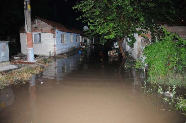 15 dakikalık yağmur Edirne'yi felç etti