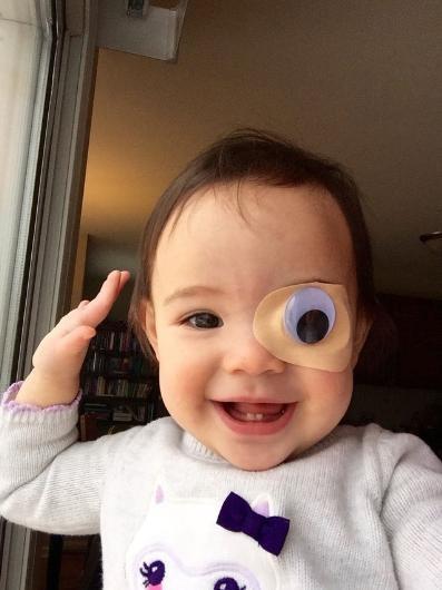 Kızı için özel göz bantları tasarladı