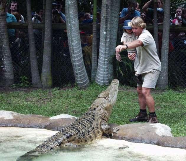 Vahşi hayvanlarla yaşayan kız