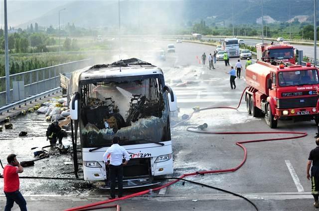 Otobüsle çarpışan TIR'ın sürücüsü yanarak can verdi