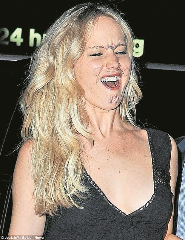 Jennifer Lawrence kahkalarıyla heryeri inletti