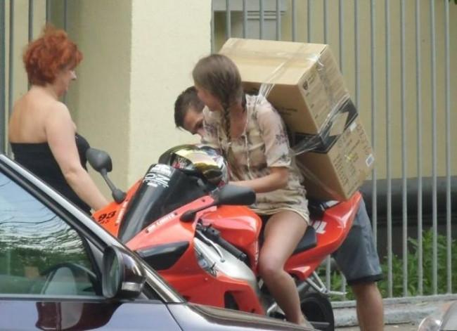 Motosikletiyle 'dünyaları' taşıyanlar