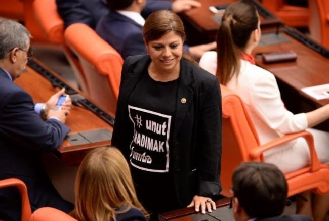 Zeynep Altıok Madımak tişörtüyle Meclis'e geldi