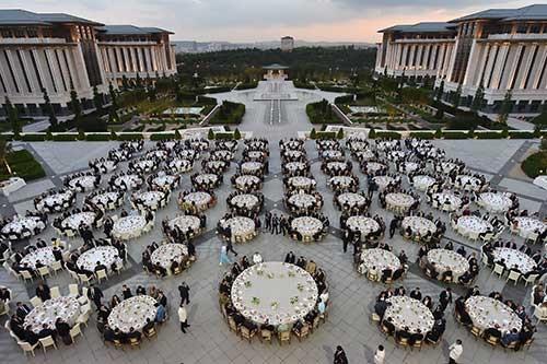 Saray bahçesinde dev iftar
