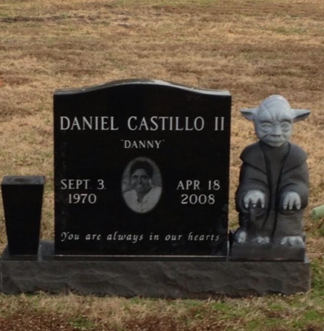 Öldükten sonra kimse unutamaz denilebilecek 8 insanın tuhaf mezar taşlar