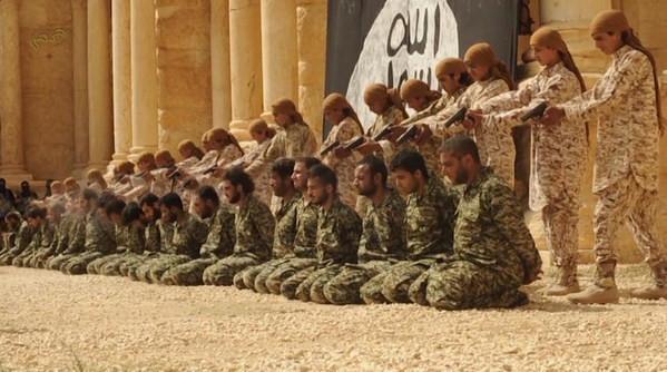 IŞİD 25 Suriye askerini 2 bin kişi önünde infaz etti!