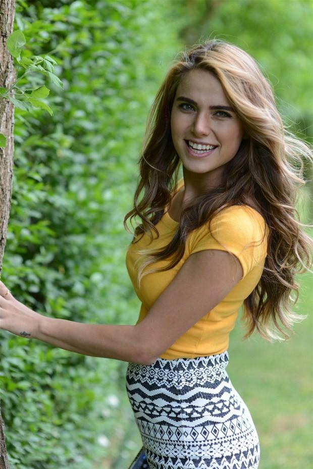 Ceyda Ateş'in sarı elbisesi büyük beğeni topladı