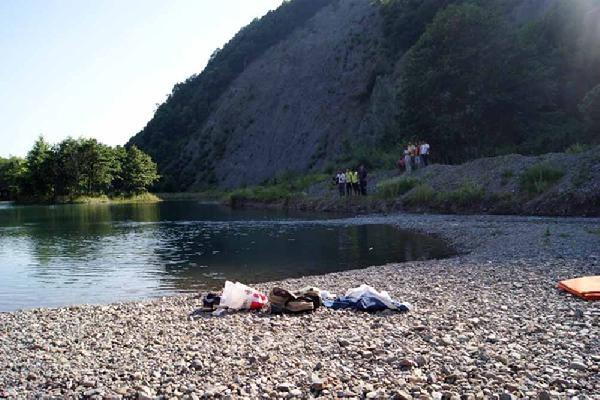 Gölette, yanında kadın giysileri de bulunan erkek cesedi bulundu