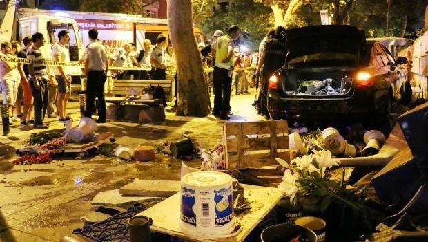 Kadıköy'de kontrolden çıkan otomobil yol kenarındaki çiçekçiye çarptı: 1