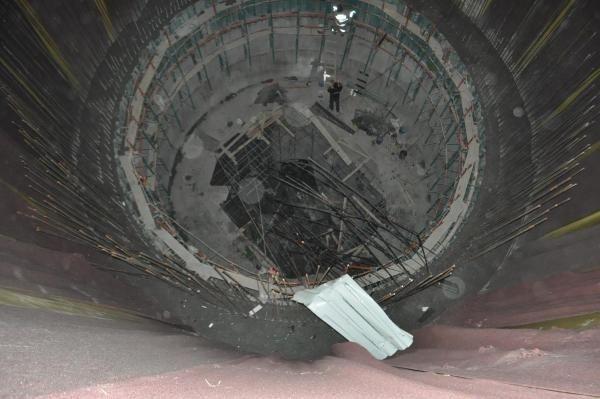 Metro inşaatının çukuruna düşen otomobilden sağ çıktı